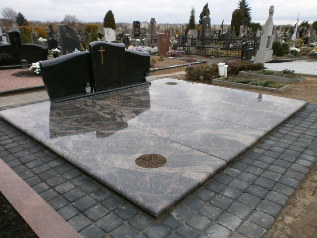Atnaujinta kapavietė, paliekant senąją tvorelę bei paminklą.