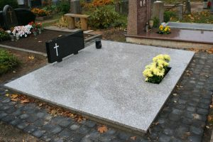 Pilnas kapavietės dengimas granito plokštėmis su išpjova gėlėms
